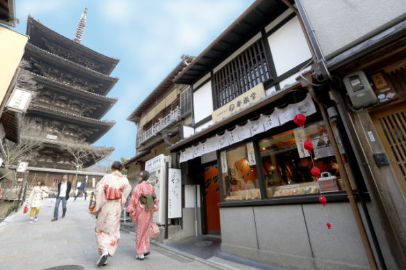 「和アバンギャルド」という提案。・京都では、「八坂の塔」の呼称で親しまれ、祇園のシンボルでもある「法観寺(ほうかんじ)五重の塔」を正面から、夢見坂の坂を上がって右手にある、八坂庚申堂の2軒隣にございます。店内は庚申堂さんにちなみ、おさるさんのモチーフ。奥には、京都らしい坪庭があります。